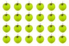 Modelez la rangée sans fin de fruit mûr juteux vert de pomme sur un fond blanc, base légère symétrique photographie stock