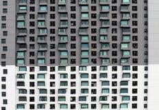 Modelez le bâtiment de fenêtre pour la texture de conception, bâtiment moderne de modèle, condominium d'isolement sur le fond bla Images libres de droits