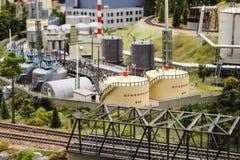 Modelez, le réservoir de jouet, récipients avec les produits combustibles dans l'usine image libre de droits
