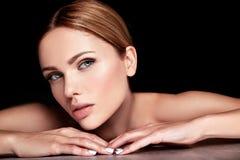 Modelez sans le maquillage et nettoyez le visage sain de peau sur le fond noir Photographie stock libre de droits