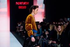 Modelgangbaan voor de loopbrug van PORTNOY BESO bij de daling-Winter 2017-2018 in Mercedes-Benz Fashion Week Russia Stock Foto's