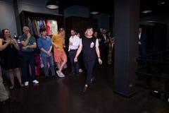 Modelgangen in Modeshow van Mannen de Zomer van de Vrouwenlente binnen royalty-vrije stock fotografie
