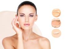 Modelgezicht van mooie vrouw met stichting op huid