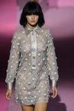 Modelgigi hadid loopt de baan in Marc Jacobs tijdens Mercedes-Benz Fashion Week Spring 2015 Royalty-vrije Stock Foto