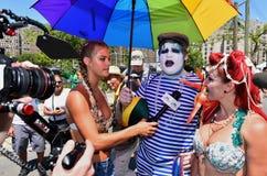 Modelhailey clauson die gesprekken nemen tijdens de 34ste Jaarlijkse Meerminparade in Coney Island royalty-vrije stock fotografie