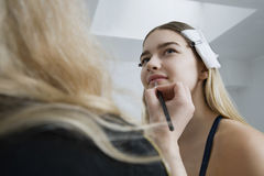 Modelhaving makeup applied stock fotografie