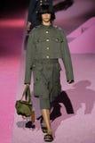 Modelhind sahli loopt de baan in Marc Jacobs tijdens Mercedes-Benz Fashion Week Spring 2015 Royalty-vrije Stock Foto