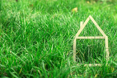 Modelhuis dat op groen gras wordt gemaakt Royalty-vrije Stock Foto