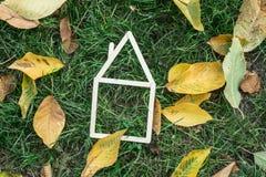 Modelhuis dat op groen gras wordt gemaakt Royalty-vrije Stock Fotografie