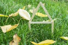 Modelhuis dat op groen gras wordt gemaakt Royalty-vrije Stock Afbeelding