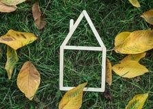 Modelhuis dat op groen gras wordt gemaakt Stock Afbeelding