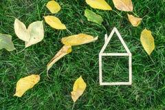 Modelhuis dat op groen gras wordt gemaakt Stock Foto