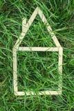 Modelhuis dat op groen gras wordt gemaakt Royalty-vrije Stock Afbeeldingen
