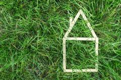 Modelhuis dat op groen gras wordt gemaakt Stock Fotografie