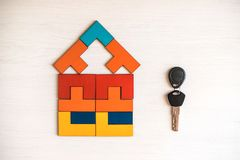 Modelhuis van houten raadsel met sleutel stock afbeeldingen