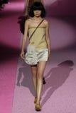 Modelirina sharipova loopt de baan in Marc Jacobs tijdens Mercedes-Benz Fashion Week Spring 2015 Stock Foto