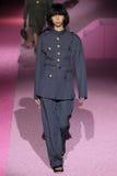Modelissa lish loopt de baan in Marc Jacobs tijdens Mercedes-Benz Fashion Week Spring 2015 Stock Afbeeldingen
