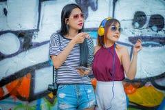 Modelivsstil, härlig ung kvinna med abstrakt graffit Fotografering för Bildbyråer