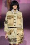 Modeljessica hart loopt de baan in Marc Jacobs tijdens Mercedes-Benz Fashion Week Spring 2015 Royalty-vrije Stock Fotografie