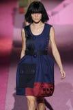Modeljessica stam loopt de baan in Marc Jacobs tijdens Mercedes-Benz Fashion Week Spring 2015 Stock Fotografie