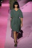 Modeljoan smalls loopt de baan in Marc Jacobs tijdens Mercedes-Benz Fashion Week Spring 2015 Stock Afbeelding