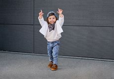 Modelkindhiphop Baby in een honkbal GLB Stock Foto's