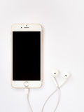 Modell Apples iPhone7 und Modell Apples EarPods Lizenzfreie Stockfotos
