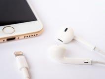 Modell Apples iPhone7 und Modell Apples EarPods Stockfoto