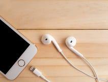 Modell Apples iPhone7 und Modell Apples EarPods Lizenzfreie Stockbilder