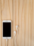 Modell Apples iPhone7 und Modell Apples EarPods Stockfotos