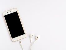 Modell Apples iPhone7 und Modell Apples EarPods Lizenzfreie Stockfotografie