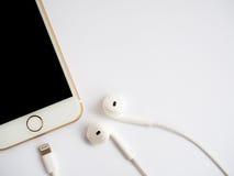 Modell Apples iPhone7 und Modell Apples EarPods Lizenzfreies Stockbild