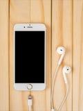 Modell Apples iPhone7 und Modell Apples EarPods Lizenzfreies Stockfoto