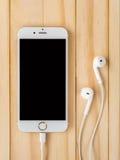 Modell Apples iPhone7 und Modell Apples EarPods Stockbilder
