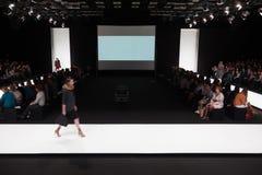 Modell auf der Rollbahn auf Mercedes-Benz Fashion Week Stockfotografie