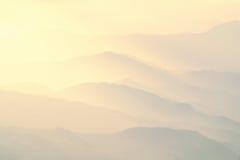 Modell av avlägsna dimmiga berg royaltyfria foton