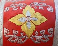 Modell av blomman som snidas på cementväggen Arkivbild