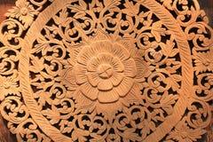 Modell av blomman som snidas på wood bakgrund Royaltyfri Fotografi
