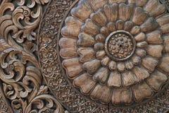 Modell av blomman som snidas på wood bakgrund Fotografering för Bildbyråer