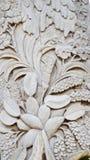 Modell av blomman som snidas på wood bakgrund royaltyfria bilder