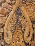 Modell av blomman som snidas på wood bakgrund Arkivbild