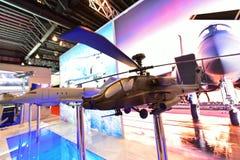 Modell av Boeing AH-64 Apache den avancerade attackhelikoptern på skärm på Singapore Airshow Royaltyfria Bilder