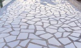 Modell av brutna vita tegelplattor, mosaik, trencadis som är brytbara Royaltyfria Bilder