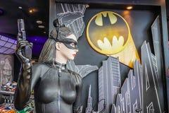 Modell av Cat Woman från filmen Batman vs stålmangryning av rättvisaskärmar på shoppesna på Marina Bay Sands royaltyfri foto