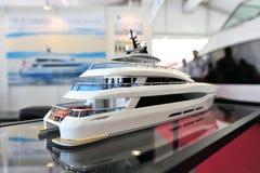 Modell av den Curvelle Quaranta katamaran på skärm på den Singapore yachtshowen 2013 Arkivfoton