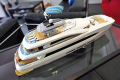 Modell av den Curvelle Quaranta katamaran på skärm på den Singapore yachtshowen 2013 Arkivfoto