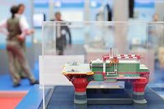 Modell av den frånlands- olje- grunden på Ryssland Marine Industry Conference 2012 Arkivbild