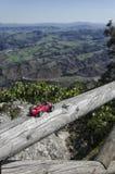 Modell av den klassiska bilen och det hisnande landskapet Royaltyfri Bild