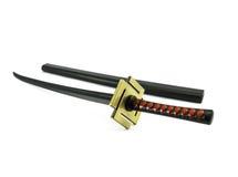 Modell av det traditionella japanska svärdet på ställningen som isoleras på vit b Arkivbilder