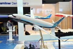 Modell av effektiva Boeing 737 för bränsle maximal passagerarflygplan på skärm på Singapore Airshow 2012 Royaltyfria Bilder